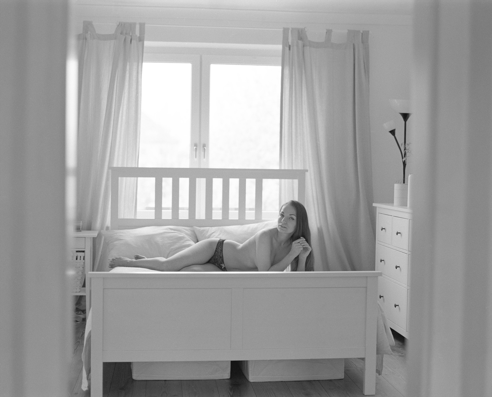 Anastasia auf ihrem Bett Akt Erotik Boudoir Fotograf sexy Homeshooting nackt