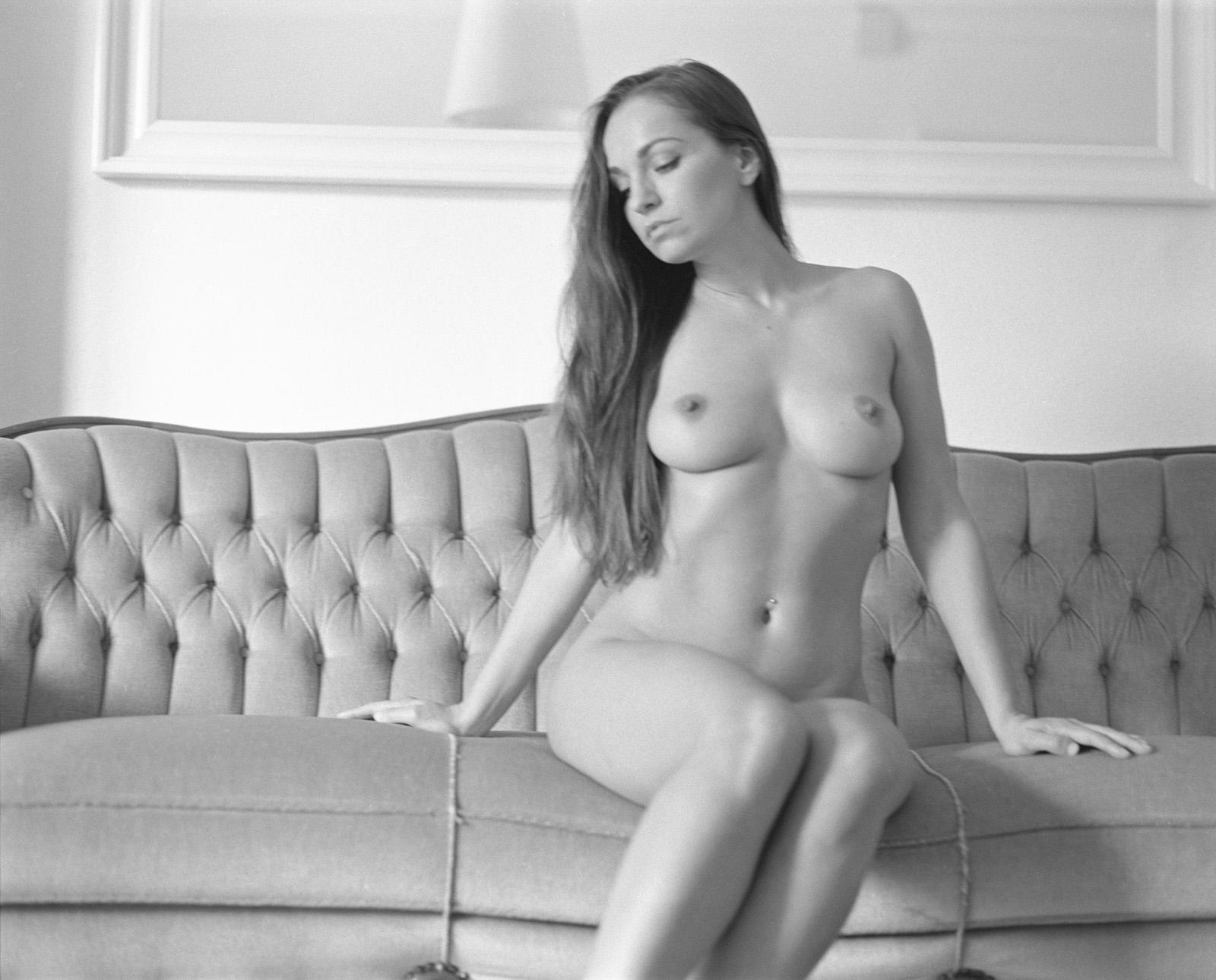Anastasia auf ihrer Couch Akt Erotik Boudoir Fotograf sexy Homeshooting nackt
