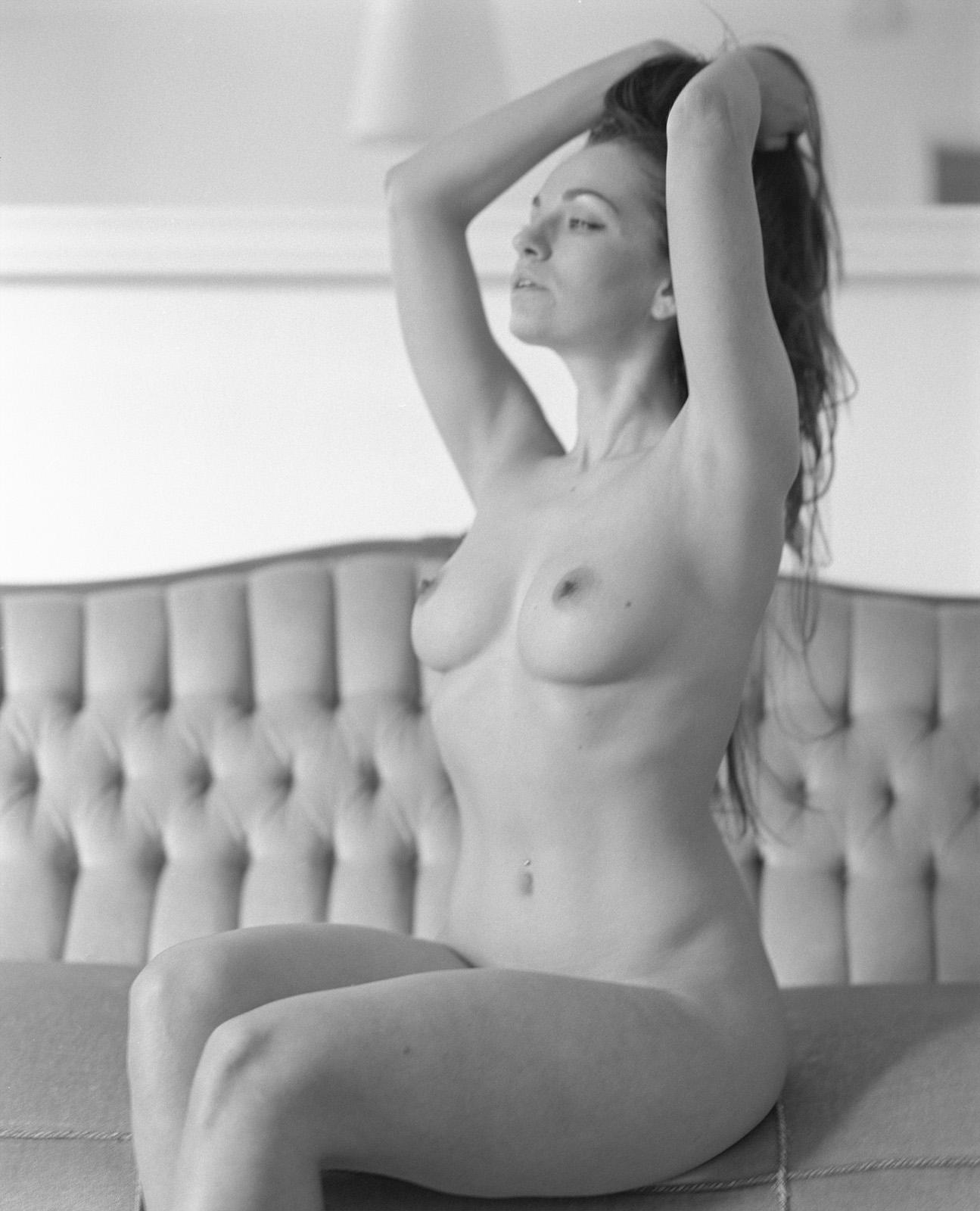 Anastasia auf ihrer Couch Anastasia auf ihrem Bett Akt Erotik Boudoir Fotograf sexy Homeshooting nackt