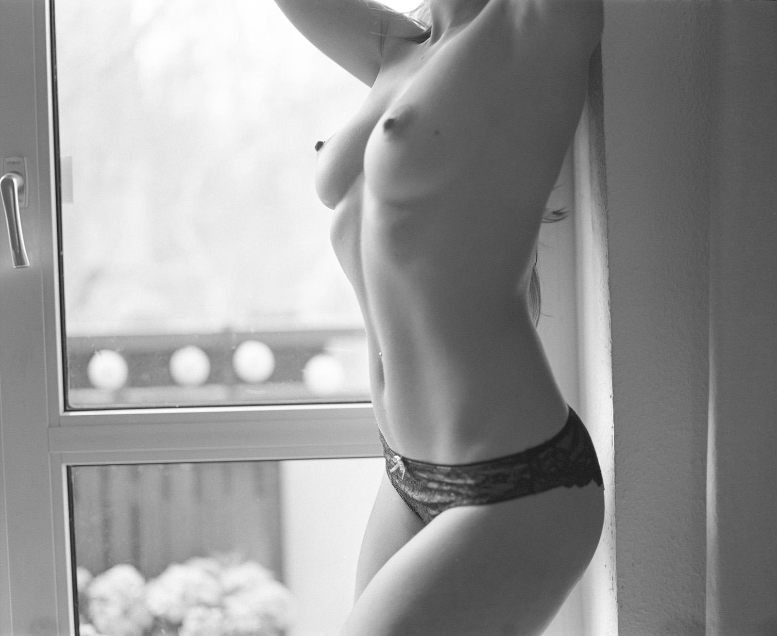 Anastasia vor einem Fenster Anastasia auf ihrem Bett Akt Erotik Boudoir Fotograf sexy Homeshooting nackt