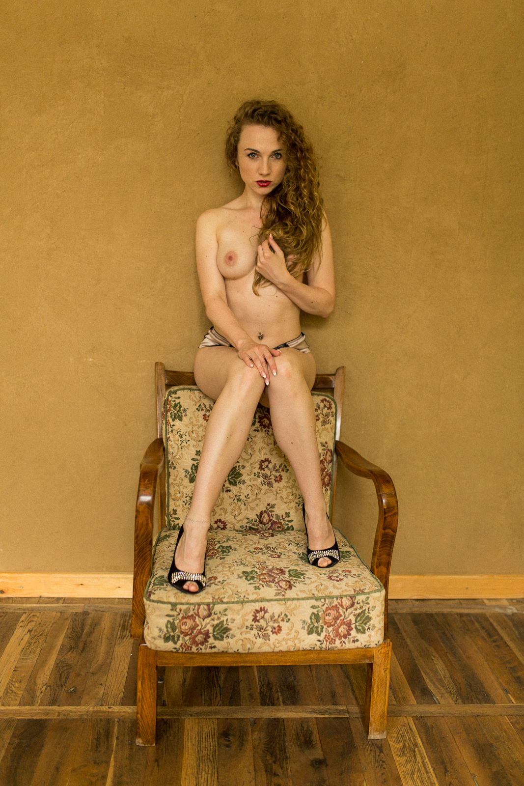 Christin im Sessel - Akt Erotik Boudoir Fotograf sexy Homeshooting nackt