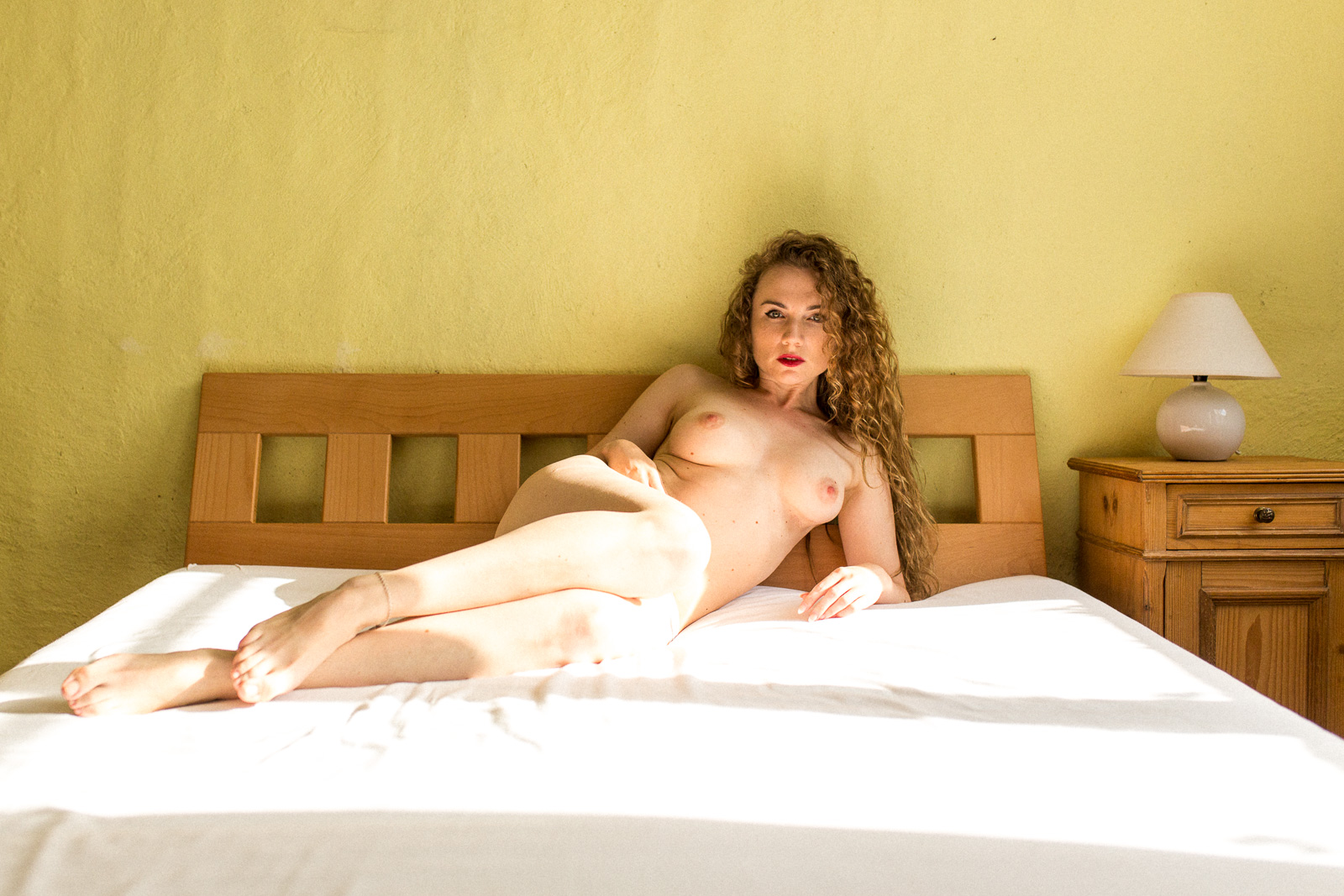 Christin auf dem Bett - Boudoir Christin im Sessel - Akt Erotik Boudoir Fotograf sexy Homeshooting nackt