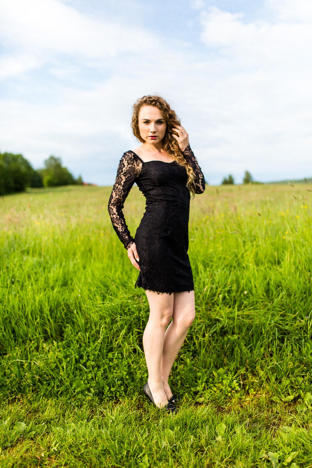 Christin im Kleid in der Natur - Boudoir Christin im Sessel - Akt Erotik Boudoir Fotograf sexy Homeshooting nackt