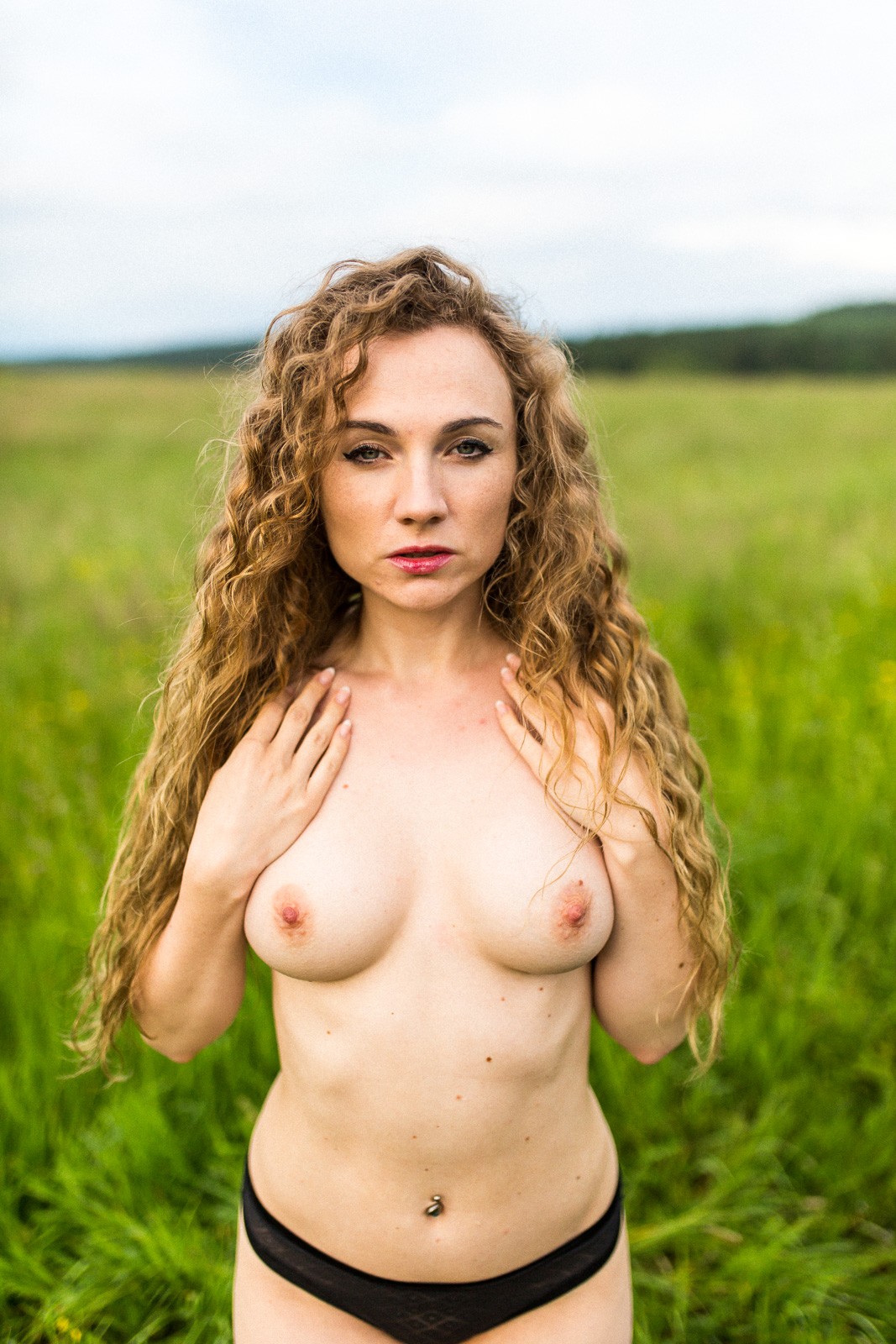 Christin halbnackt in der Natur - Boudoir Christin im Sessel - Akt Erotik Boudoir Fotograf sexy Homeshooting nackt