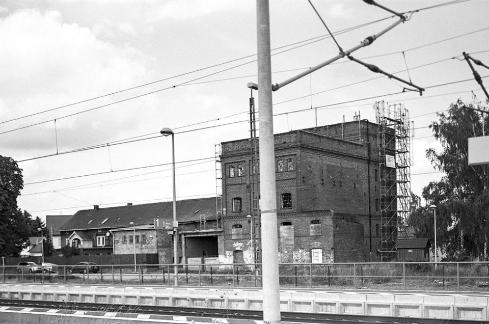 Landschaftspanorama 6x17 analog schwarzweiss Bahnhof Deutsche Bahn Vieselbach
