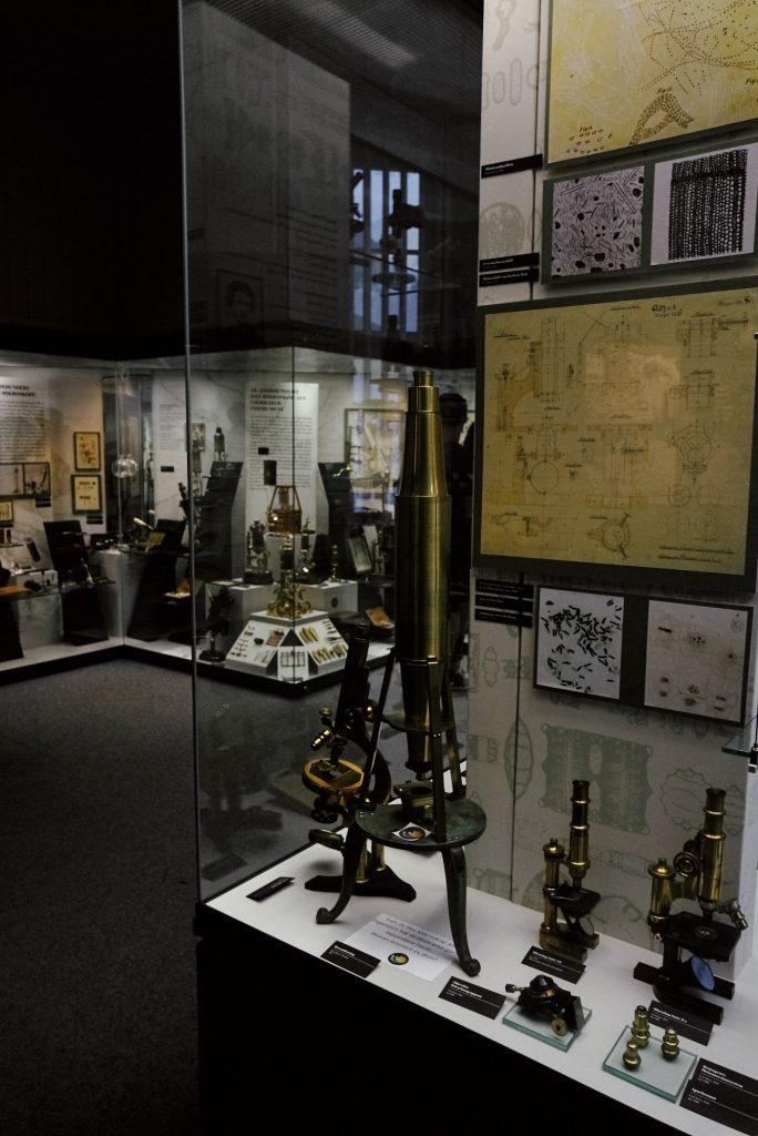 Mikroskope im Deutsches Optisches Museum (D.O.M.) bearbeitet in Capture One