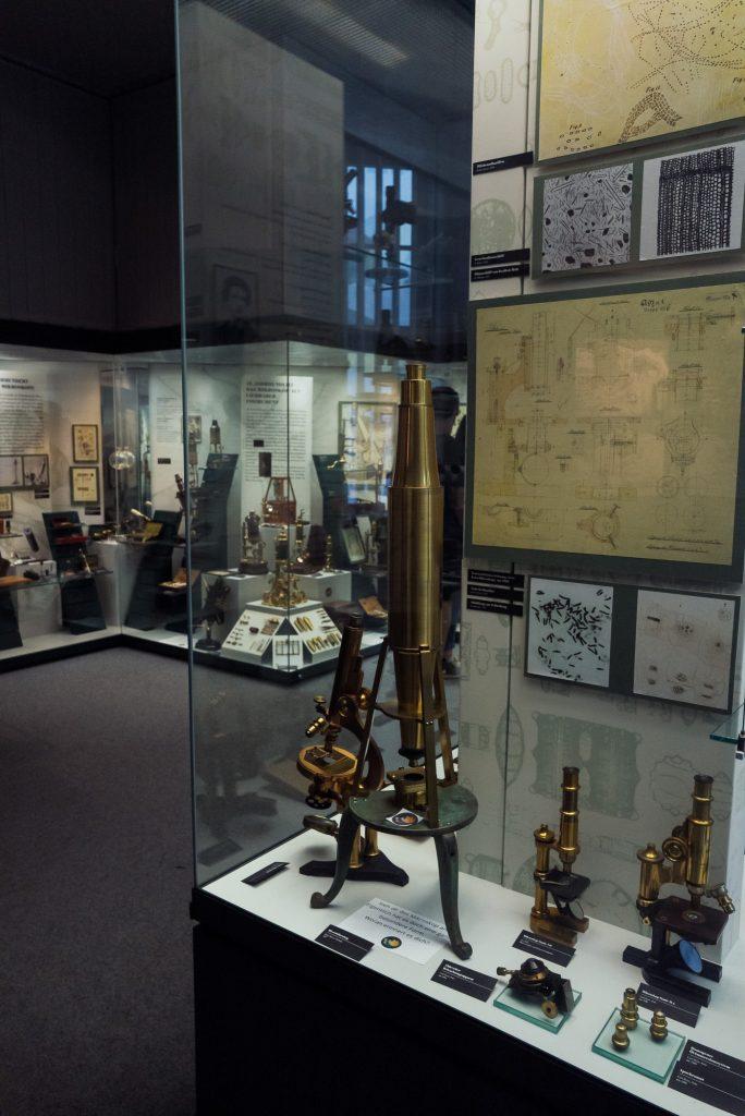 Mikroskope im Deutsches Optisches Museum (D.O.M.) bearbeitet in Lightroom