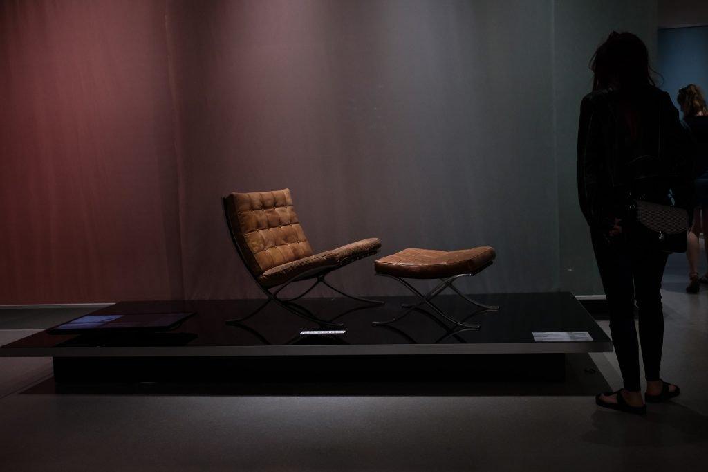 Weimar Bauhaus Museum Sessel mit Fusshocker bearbeitet in Lightroom