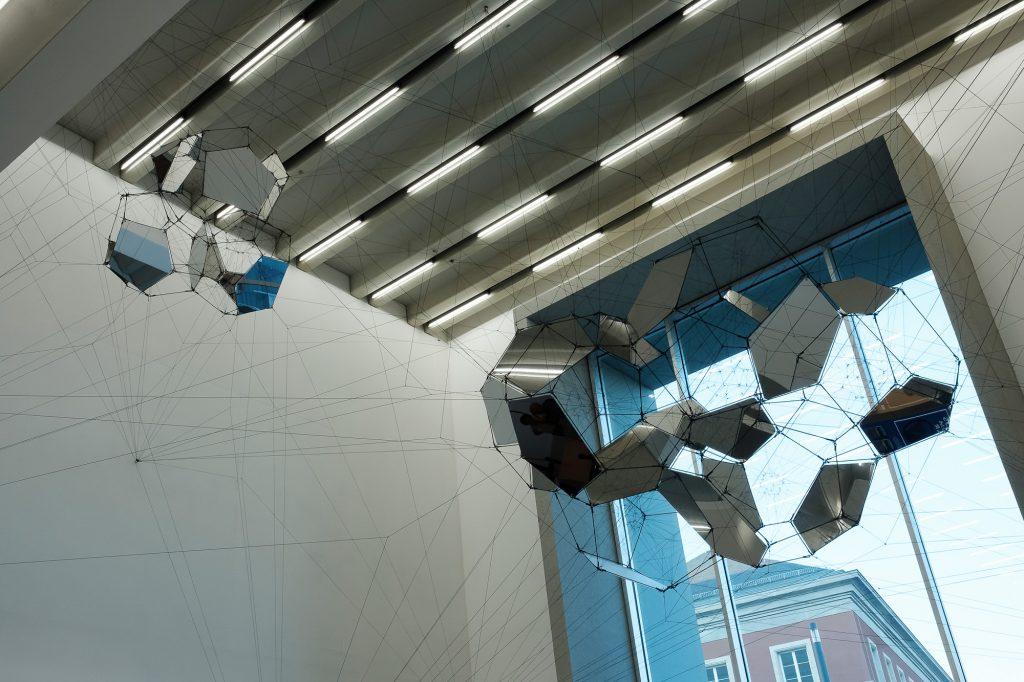 """Das Bauhaus-Museum in Weimar - Das Kunstwerk """"Sonnenuhr für Raumechos"""" von Tomás Saraceno in der Eingangshalle"""