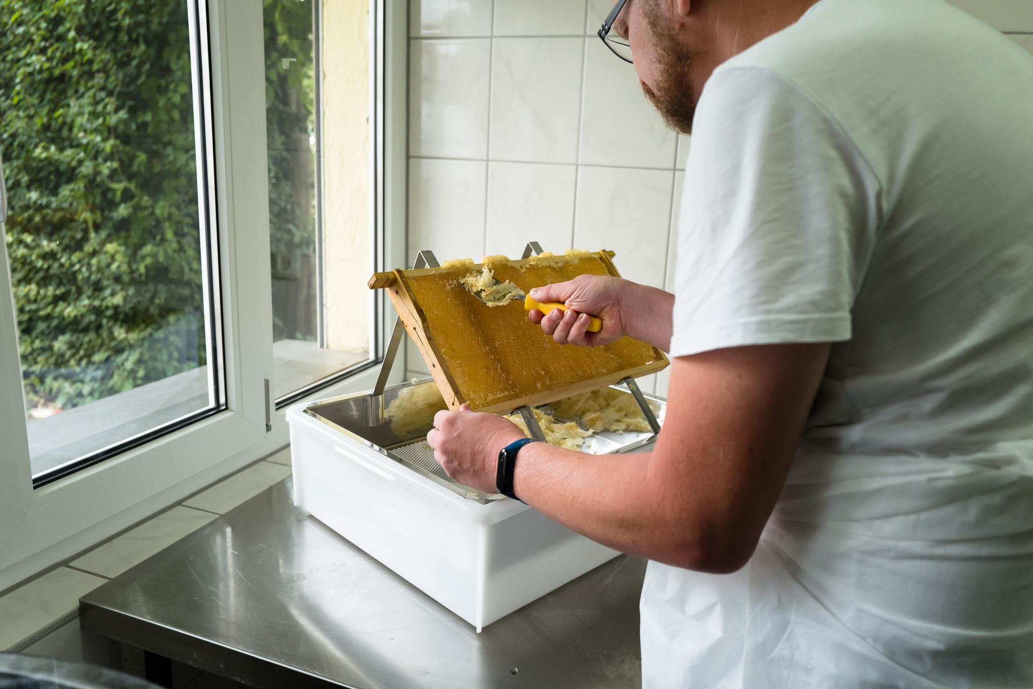 Imker - Entdeckeln der Honigwaben