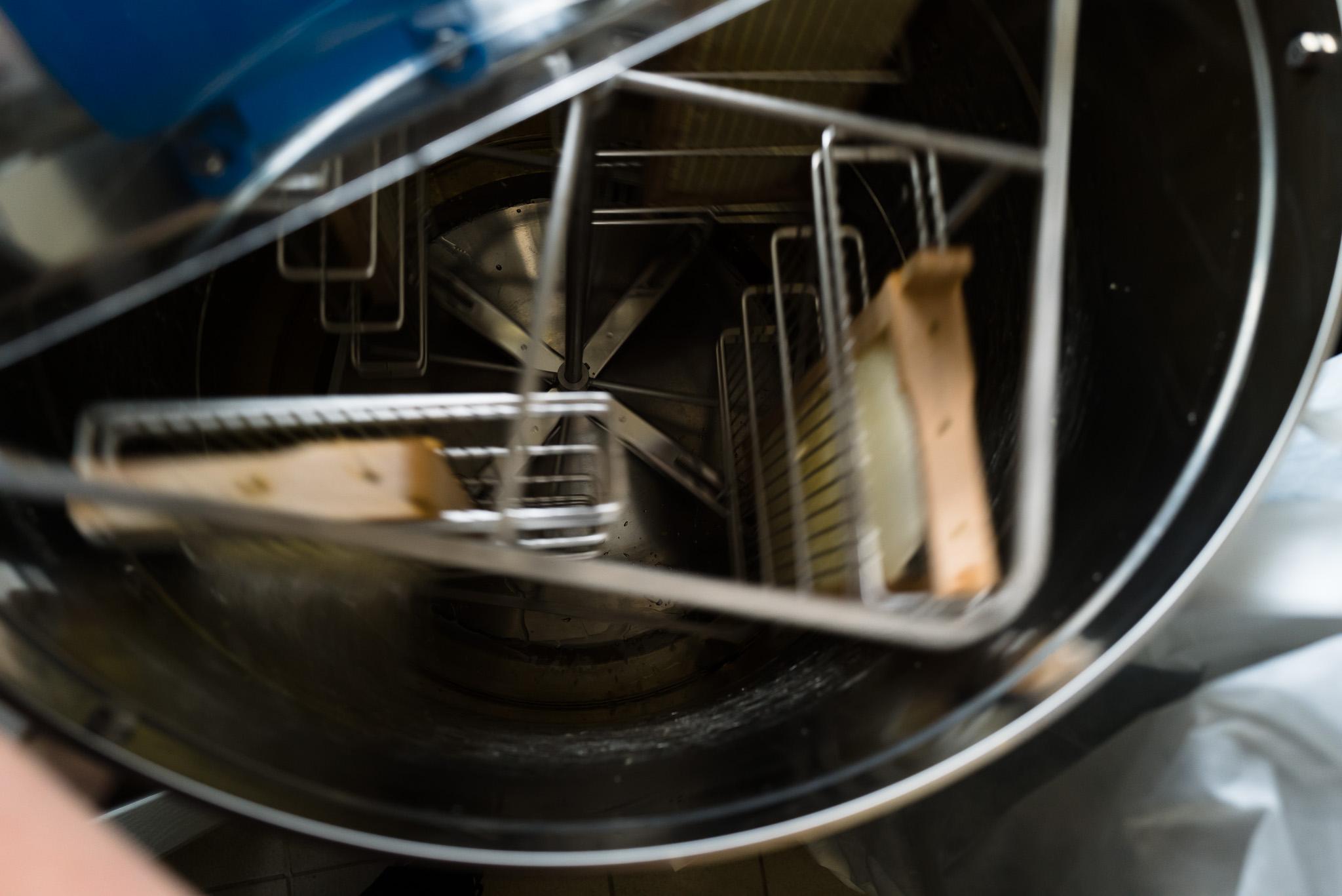 Imker - In der Honigschleuder