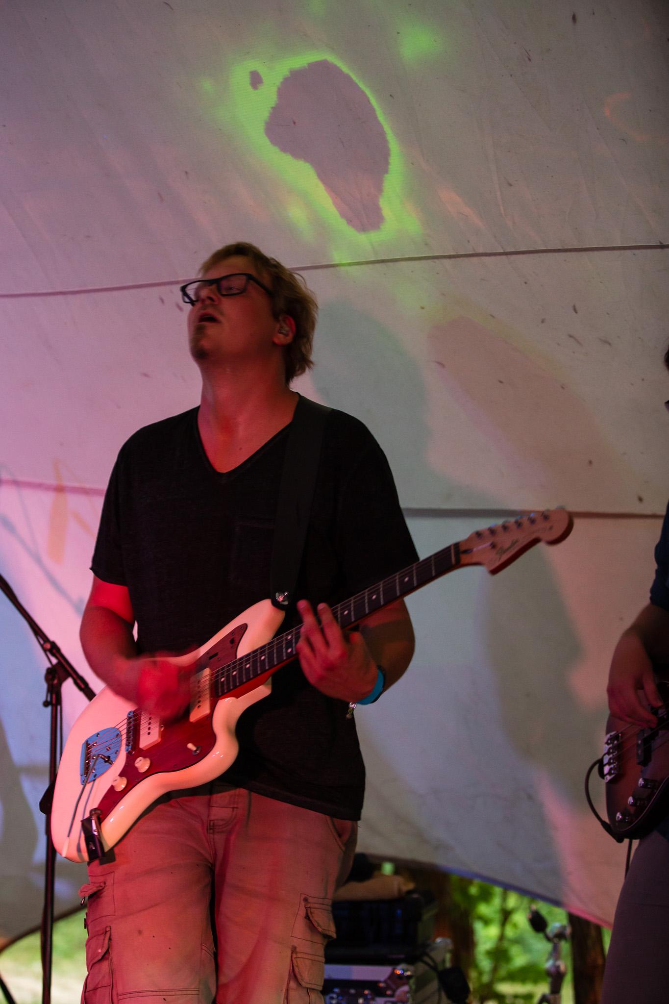 Skavida auf der Buehne - Gitarrist