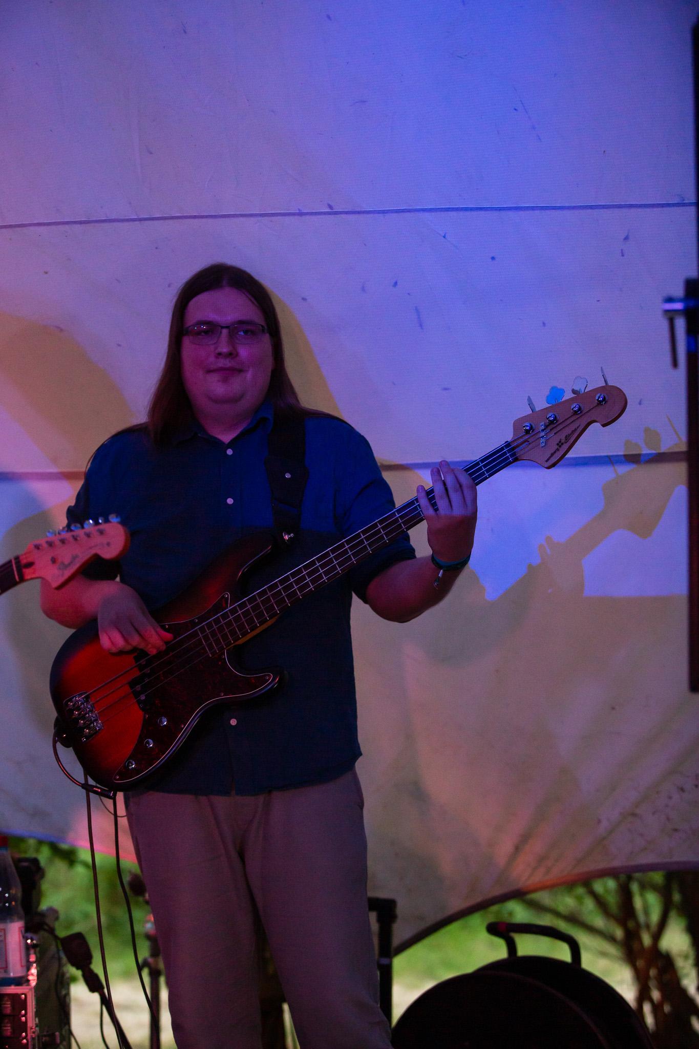 Skavida auf der Buehne - Bassist