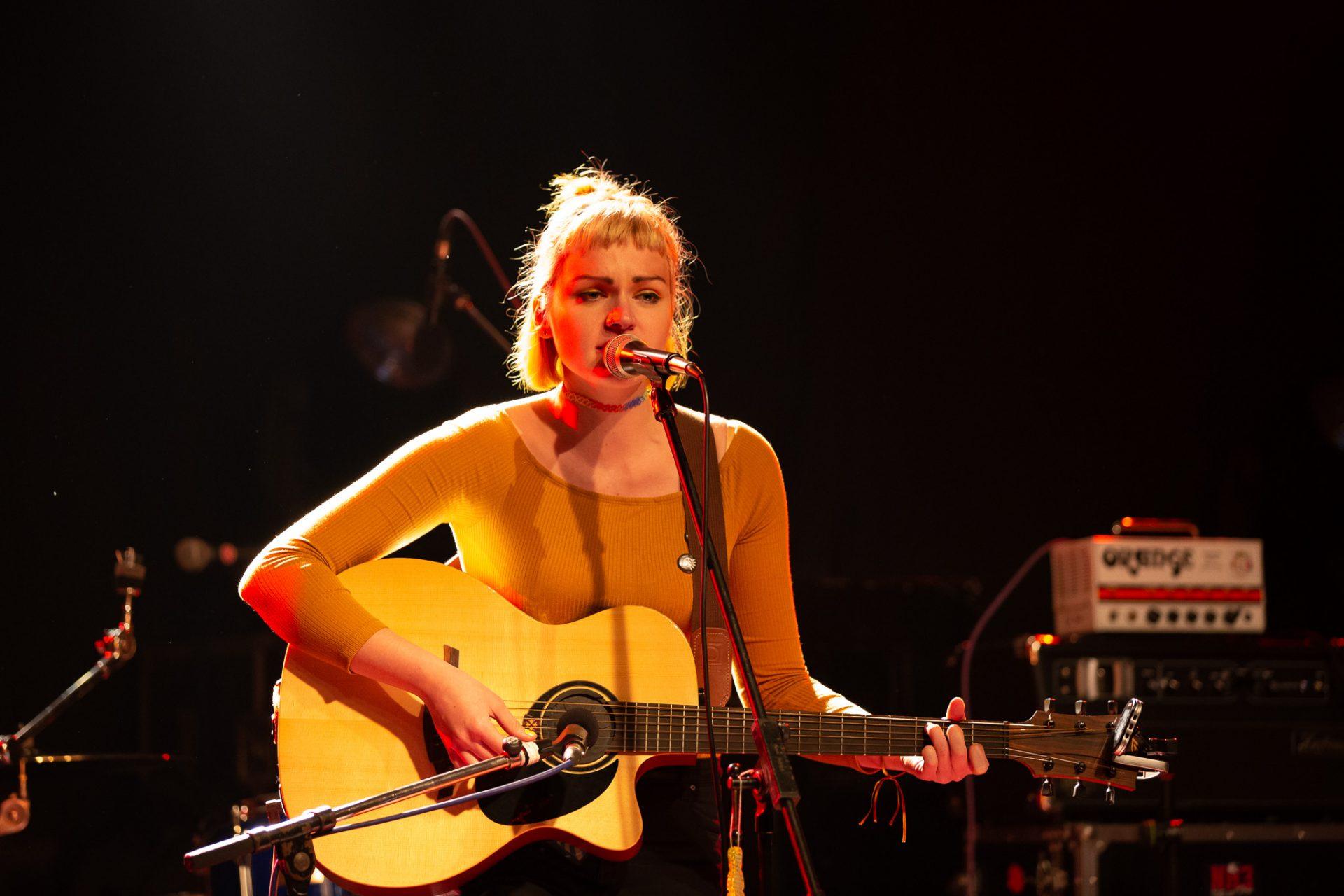 Anna Philoan - Singer-Songwriterin aus Mannheim - Anna mit Gitarre
