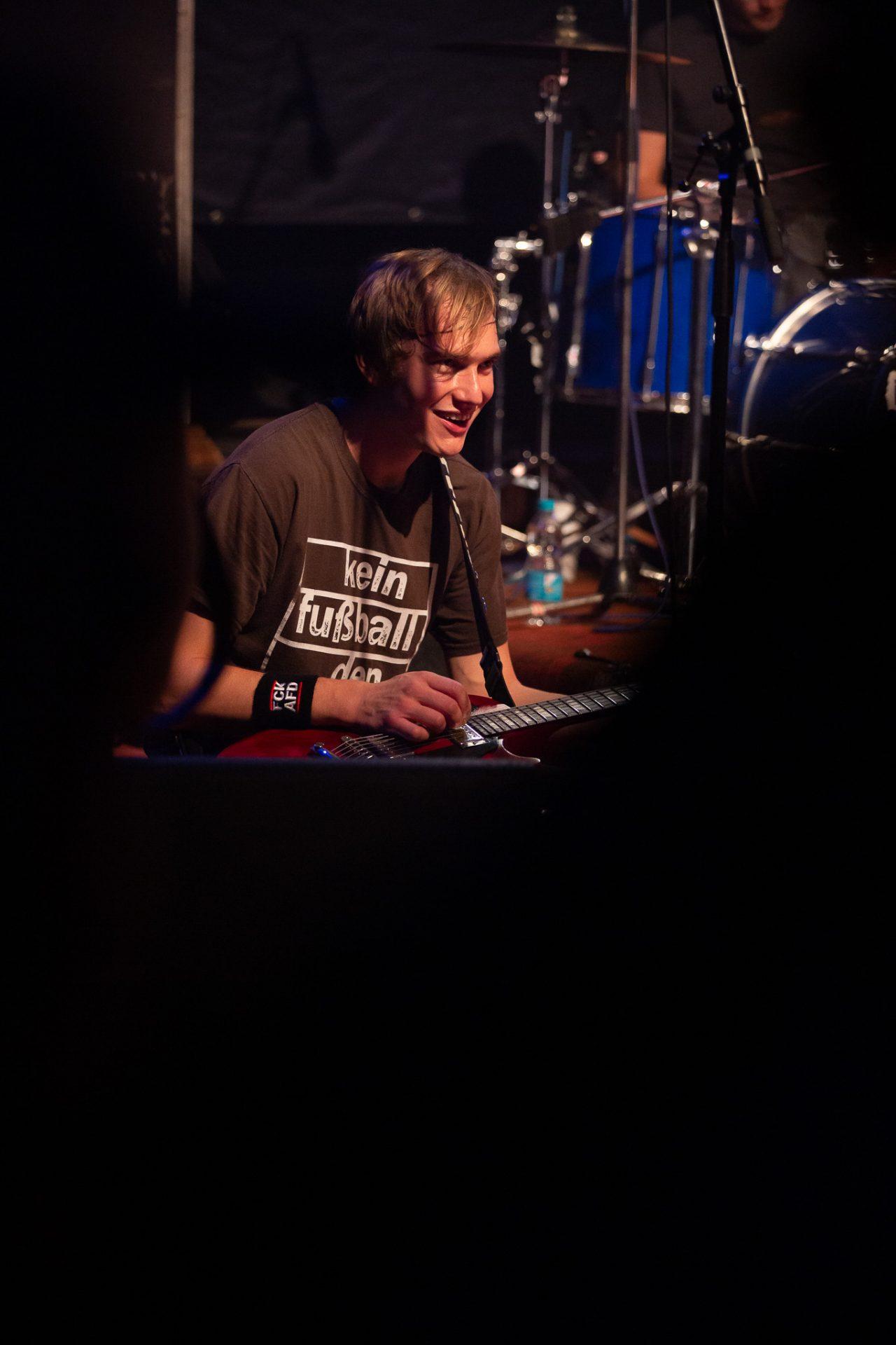Kornblumenblau - Gitarrist kniet