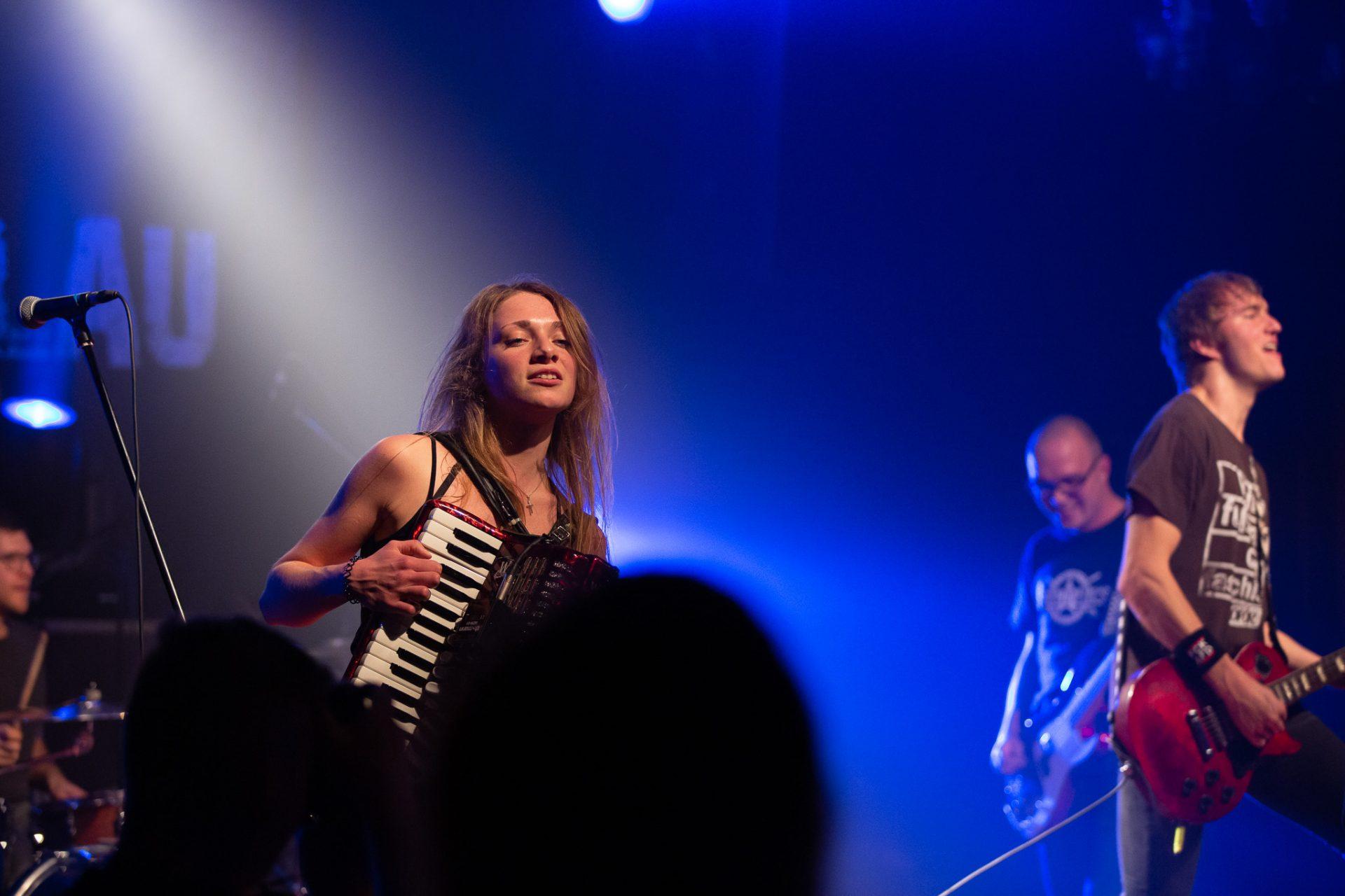 Kornblumenblau - Saengerin mit Akkordeon und Band