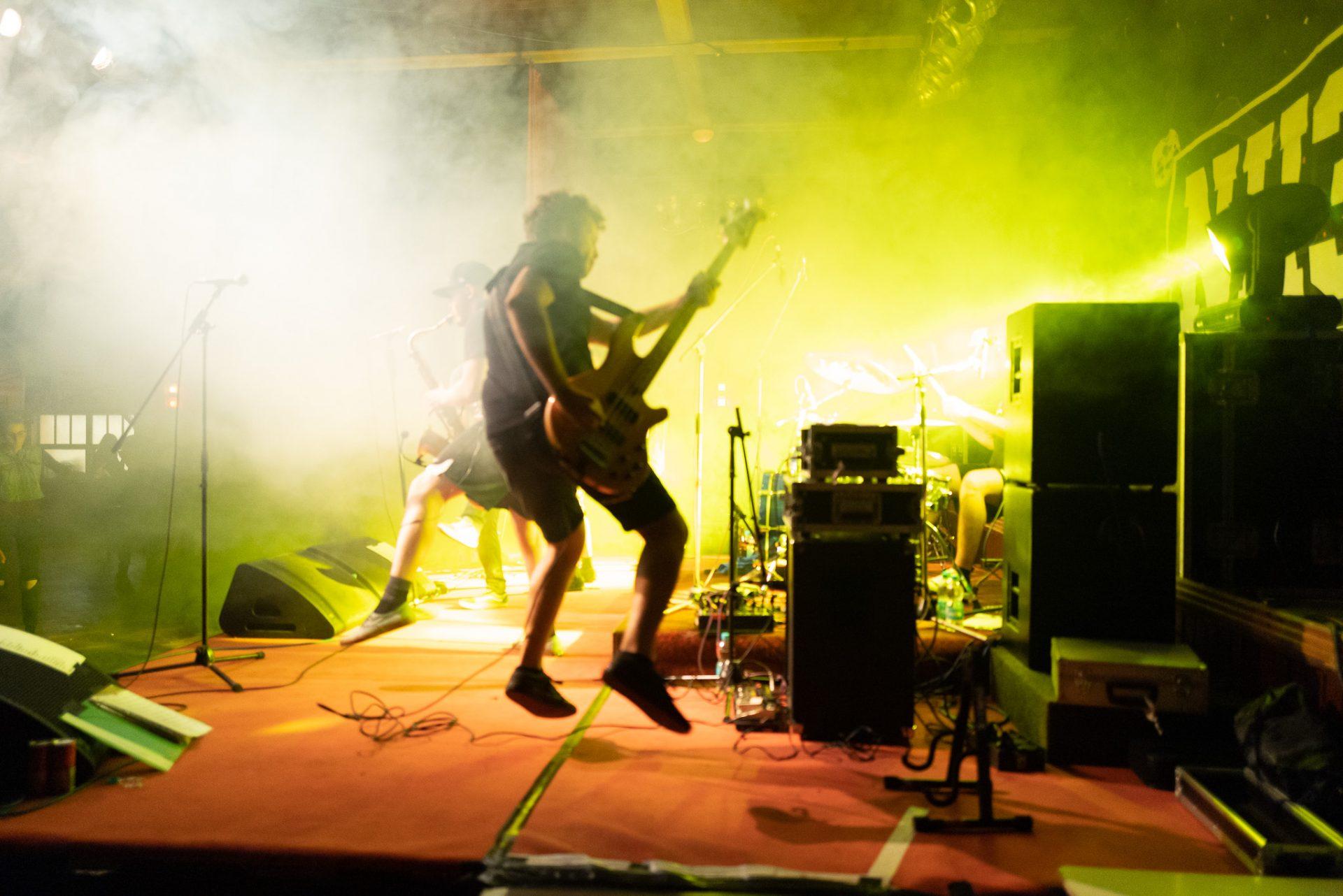 NH3 - Bassist springt